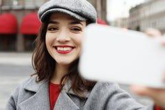 美妙的女性模型画象与明亮的构成的表达能量在好日子 库存照片