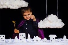 美妙的孩子投掷在城市的雪圣诞节的 库存照片