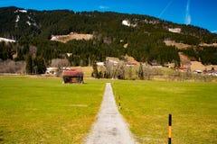 美妙的小窄路在巴伐利亚 免版税库存图片