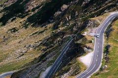 美妙的山景 山有许多轮的弯曲道路在秋天天 Transfagarasan高速公路,最美丽的路 免版税库存照片