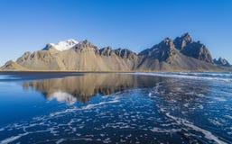 美妙的山的反射在冰岛 免版税库存照片