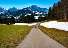 美妙的山路在德国阿尔卑斯 库存图片
