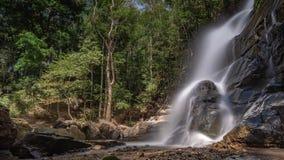 美妙的峭壁小河岩石瀑布 免版税库存照片