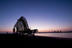 美妙的日出和剪影在长凳 库存图片