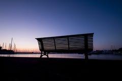 美妙的日出和剪影在长凳 免版税库存照片