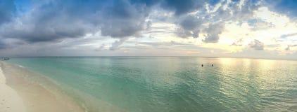 美妙的日落在马尔代夫海岛 免版税库存图片