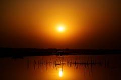 美妙的日落秋天在河 免版税库存图片