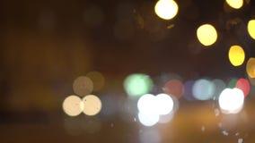 美妙的明亮的夜的背景,萤火虫,交通,街道 4K 股票视频