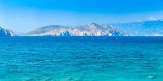 美妙的浪漫夏天下午海景亚得里亚海岛 游艇在cristal清楚的绿松石的港口浇灌 isla的巴斯卡 库存图片