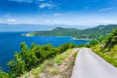 美妙的浪漫夏天下午风景全景海岸线亚得里亚海 在峭壁上的一条狭窄的山路沿c 免版税库存照片
