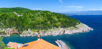 美妙的浪漫夏天下午风景全景海岸线亚得里亚海 在海湾的不可思议的清楚的透明大海 免版税库存图片