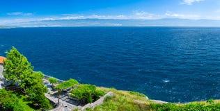 美妙的浪漫夏天下午风景全景海岸线亚得里亚海 在海湾的不可思议的清楚的透明大海 免版税库存照片