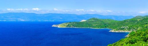 美妙的浪漫夏天下午风景全景海岸线亚得里亚海 在ba的不可思议的清楚的透明天蓝色的水 免版税库存图片
