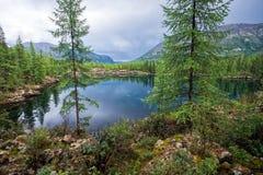 美妙的湖宽全景 风景夏天风景、山和蓝色多云天空在背景 区东部ilchir找出okinsky高原sayan的俄国 免版税库存照片