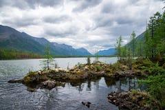美妙的湖宽全景 风景夏天风景、山和蓝色多云天空在背景 区东部ilchir找出okinsky高原sayan的俄国 免版税图库摄影