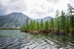 美妙的湖宽全景 风景夏天风景、山和蓝色多云天空在背景 区东部ilchir找出okinsky高原sayan的俄国 库存图片