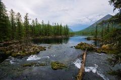 美妙的湖宽全景 风景夏天风景、山和蓝色多云天空在背景 区东部ilchir找出okinsky高原sayan的俄国 免版税库存图片