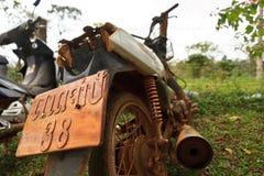 美妙的物质木头 一辆摩托车的手工制造牌照在老挝亚洲 免版税库存照片