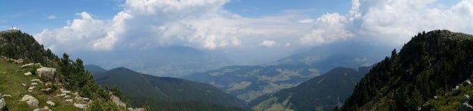 美妙的田园诗全景阿尔卑斯和山在白云岩 免版税库存图片