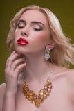美妙的白肤金发的佩带的首饰 库存图片