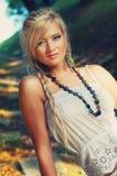 美妙的白肤金发的妇女 免版税库存照片