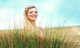 美妙的白肤金发的妇女 库存照片