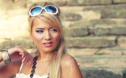 美妙的白肤金发的妇女 免版税库存图片