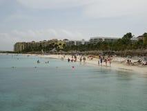 美妙的白色铺沙海滩和手段 库存图片