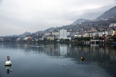 美妙的看法在一个有薄雾的早晨之前在蒙特勒 库存照片