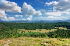 美妙的看法在国家公园杜米托尔国家公园 黑山巴尔干欧洲 喀尔巴阡山脉,乌克兰,欧洲 秋天风景jn蓝天 免版税图库摄影