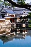 美妙的自被反射的日本寺庙门 库存照片
