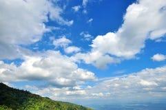 与白色云彩的蓝天 库存图片
