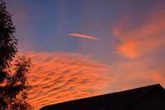 美妙的风景在天结束时 在山土坎的日落 与明亮的红色血液颜色的美好的风景 免版税库存照片