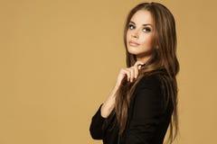 美妙的年轻白肤金发的妇女画象  图库摄影