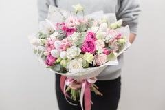 美妙9心情多彩多姿的照片被设置的春天的郁金香 混杂的花美丽的豪华花束在妇女手上 卖花人的工作在花店 海岸线绿色水平的图象照片撒丁岛海运天空植被 免版税库存图片