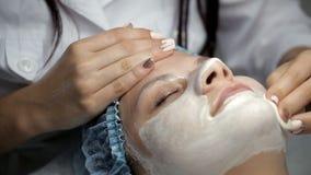 美容师从女孩的面孔去除面具 影视素材