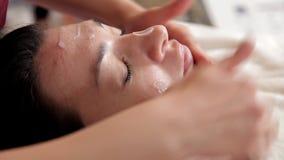 美容师做改造的做法 应用面具,面霜的皮肤病学家 在诊所的整容术 影视素材