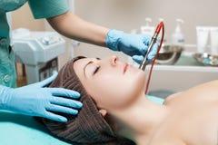 美容师做机械净化面孔 Microdermabrasion做法,金刚石研 免版税库存照片