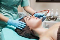 美容师做机械净化面孔 Microdermabrasion做法,金刚石研 库存图片