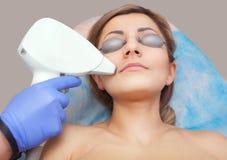 美容师做激光头发移动程序 免版税图库摄影