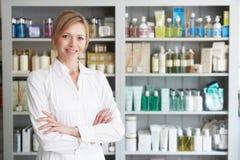 美容师劝告在美容品 免版税库存照片