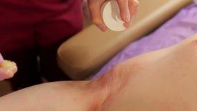 美容师在打蜡以后应用人腋窝的杀菌剂解答 股票视频