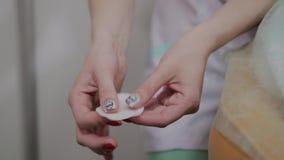 美容师在棉花枕头的手上揉 股票视频
