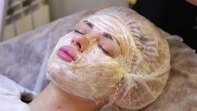美容师在秀丽前准备面孔女孩奶油色麻醉剂 影视素材