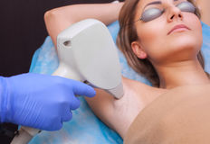 美容师对激光头发移动程序做在腋窝区域,一个少妇 图库摄影