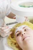 美容师应用屏蔽于妇女表面 库存图片