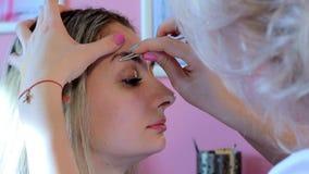 美容师拔出眼眉美丽的妇女镊子 痛苦的程序 影视素材