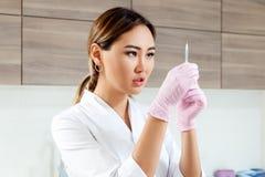 美容师推挤注射器注射Botox 免版税库存图片