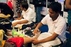 美容师提供修脚治疗在秀丽商展 库存图片