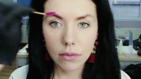 美容师梳眼眉 影视素材